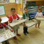Otroci v Angelinem vrtcu pečemo rogljičke