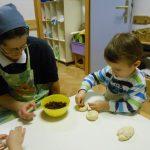 Otroci v Angelinem vrtcu pečemo goske