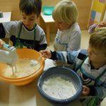 Otroci v Angelinem vrtcu pečemo marmorni kolač