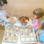 Otroci v Angelinem vrtcu pečemo mafine z …