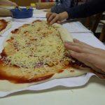 Otroci v Angelinem vrtcu pečemo pizza polžke
