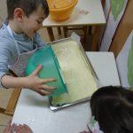 Otroci v Angelinem vrtcu pečemo skutno pecivo