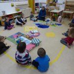 Molitev otrok v rumeni sobi
